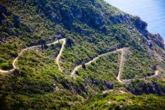 Montagne à côté de l'eau de mer claire bleue d'océan à Corfou Grèce Vue aérienne de littoral Beau paysage Temps de voyage et d'av photographie stock libre de droits