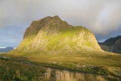 Montagne à la lumière du soleil Photos stock