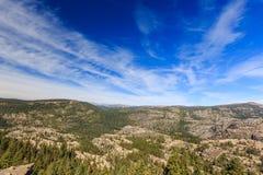 Montagne à la route bleue de lac Images stock