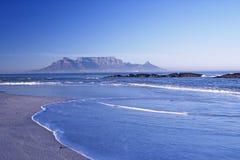 Montagne éloignée à travers la mer Photo libre de droits