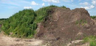 Montagne énorme de gros compost fertile image stock