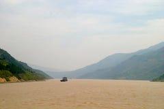 Montagne al fiume di Yangtze Immagine Stock