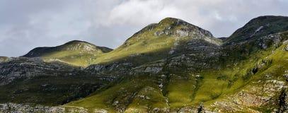 Montagne all'indicatore luminoso di mattina Fotografia Stock