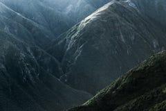 Montagne alla luce scura Fotografie Stock