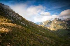 Montagne alla luce solare di giorno Fotografia Stock