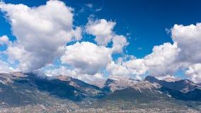 Montagne alpine con le ombre delle nuvole Fotografie Stock