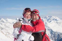 Montagne alpine degli sciatori nei precedenti Fotografie Stock Libere da Diritti