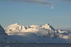 Montagne antartiche nell'ambito della luce della luna un giorno. Immagini Stock