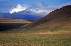 Montagne apparaissant indistinctement au-dessus du plateau tibétain Image libre de droits