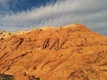 Montagne arancio rosse sbalorditive del deserto contro cielo blu nuvoloso Immagine Stock Libera da Diritti