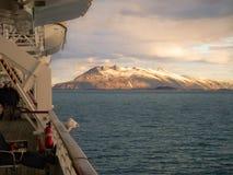Montagne artiche di vista di crociera dalla nave Fotografia Stock
