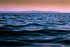 Montagne au-dessus de l'eau Images stock
