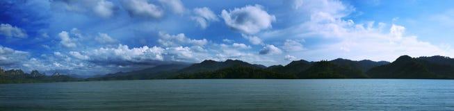 MONTAGNE AU LEVER DE SOLEIL Photos libres de droits