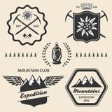 Montagne augmentant le label extérieur d'emblème de symbole illustration stock