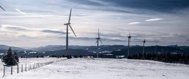 Montagne austriache di inverno di parco eolico n con neve e cielo blu con le nuvole Fotografia Stock