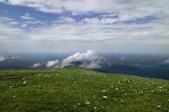 Montagne avec des nuages image stock