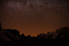 Montagne avec l'étoile dans la nuit photographie stock