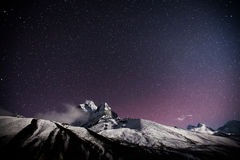 Montagne avec l'étoile dans la nuit Image libre de droits
