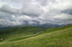Montagne avec la glacière dessus loin image libre de droits