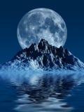 Montagne avec la lune Photographie stock libre de droits