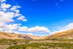 Montagne avec le ciel bleu Photographie stock libre de droits