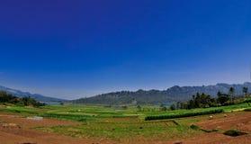 Montagne avec le ciel bleu clair Photographie stock libre de droits