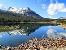 Montagne avec le lac en parc national de yosemite - Etats-Unis Amérique photo libre de droits