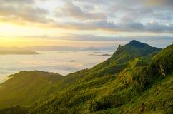 Montagne avec le lever de soleil Photo libre de droits
