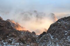 Montagne avec le plan rapproché de nuages, lumière du soleil subtile d'or images libres de droits