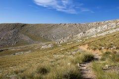 Montagne avec le sentier piéton touristique, île Krk, Croatie de Baska photo stock