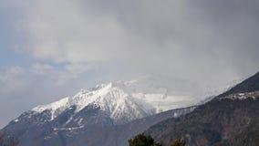 Montagne avec le timelapse menaçant de nuages banque de vidéos
