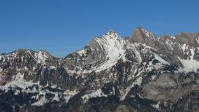 Montagne avec les plis alpins évidents Photographie stock