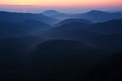 Montagne basse nelle prime ore del mattino, nebbia leggera Fotografia Stock Libera da Diritti