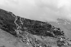 Montagne in bianco e nero con le rocce Fotografie Stock