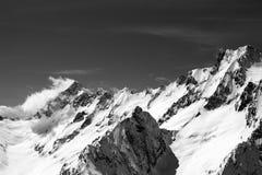 Montagne in bianco e nero della neve nel giorno del vento Fotografie Stock Libere da Diritti