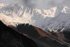 Montagne in bianco e nero lontane nelle nuvole Immagini Stock