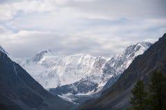 Montagne blanche avec le ciel nuageux Images libres de droits