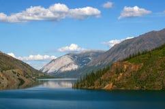 Montagne blanche reflétée dans le lac de montagne Image libre de droits