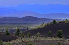 Montagne bleue dans la distance avec le désert Photos stock