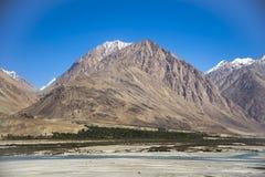 Montagne bleue dans le dessus de la manière à la vallée de Nubra Photographie stock