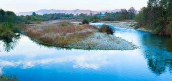 Montagne bleue de soirée de panorama et d'automne de fleuve images stock