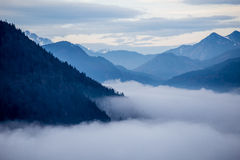 Montagne blu con le nuvole Fotografia Stock