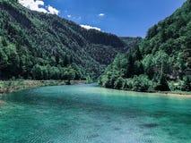 Montagne blu del lago fotografie stock libere da diritti