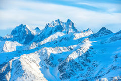 Montagne blu di Snowy in nuvole Fotografie Stock Libere da Diritti