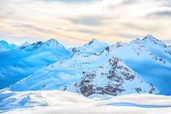 Montagne blu di Snowy in nuvole Fotografia Stock
