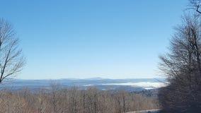 Montagne blu nella distanza fotografie stock libere da diritti