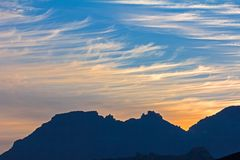 Montagne blu profilate da alba di primo mattino Fotografie Stock Libere da Diritti