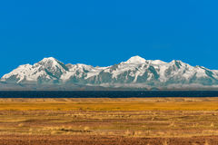 Montagne boliviane dal lago Puno Perù andes Titicaca del peruviano Immagini Stock