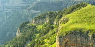 Montagne boscose con i canyon ed i picchi Fotografie Stock