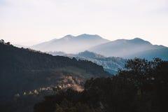 Montagne brumeuse avec le ciel blanc Photos libres de droits